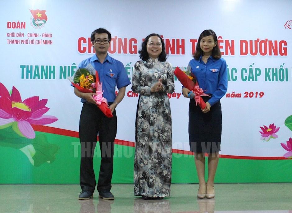 Phó Bí thư Thường trực Đảng ủy Khối Dân - Chính - Đảng TPHCM Thái Thị Bích Liên tặng hoa cho các điển hình giao lưu tại lễ tuyên dương