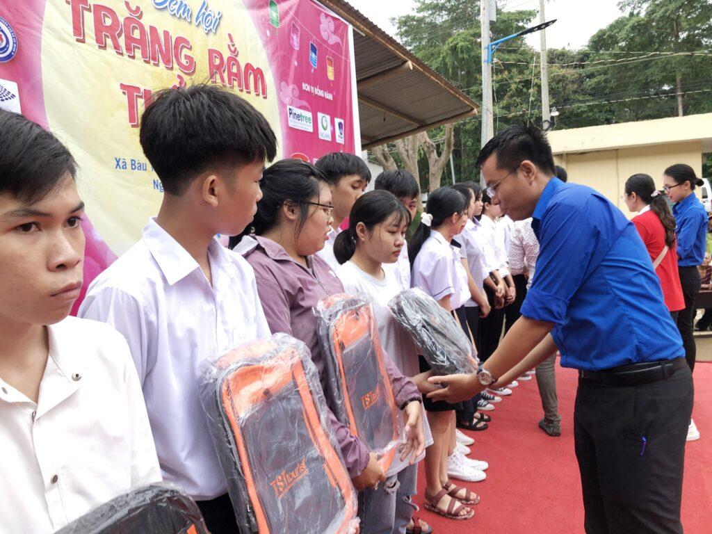 Mang 'Trăng rằm tuổi thơ' về với trẻ em vùng sâu tỉnh Đồng Nai ảnh 1